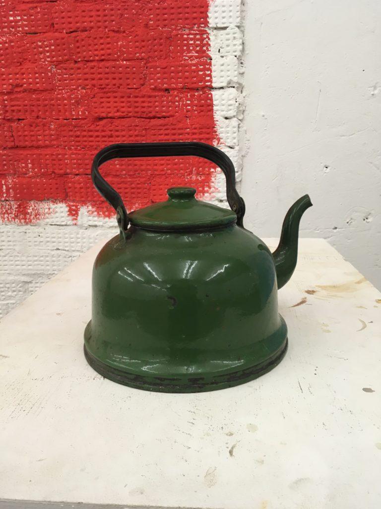 Реставратор и ювелир Иван Кротков не только работает в фамильной мастерской своего отца в доме Обрабстроя, но и коллекционирует чайники.