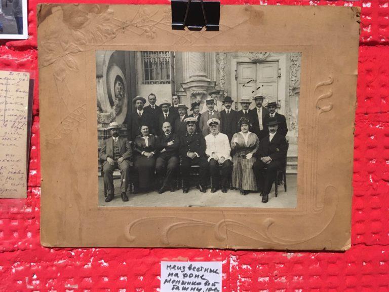 Елена Мохова и Александр Кырлежев нашли эту фотографию при ремонте в квартире на Чистых прудах. Судя по всему, фото сделано до 1917 г.