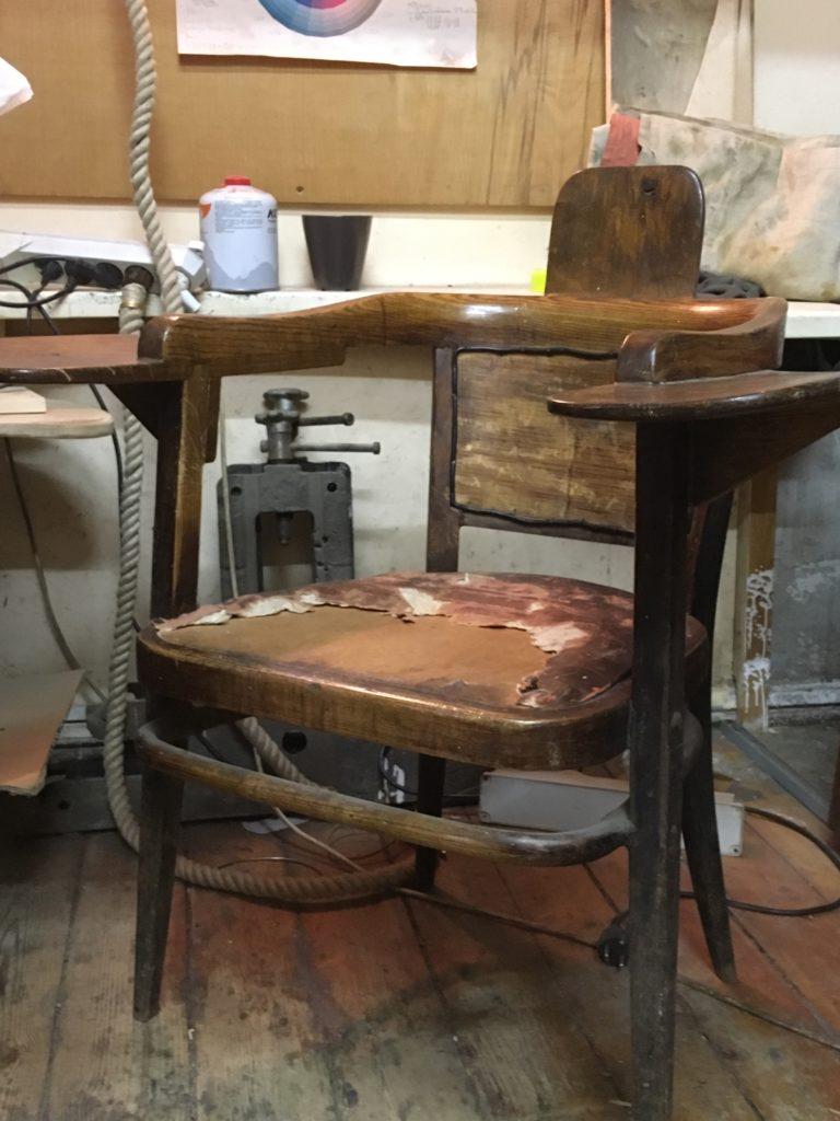 Реставратор Иван Кротков работает в мастерской своего отца, скульптора, в доме Обрабстоя. Это кресло отец сделал из самого дешевого стула…