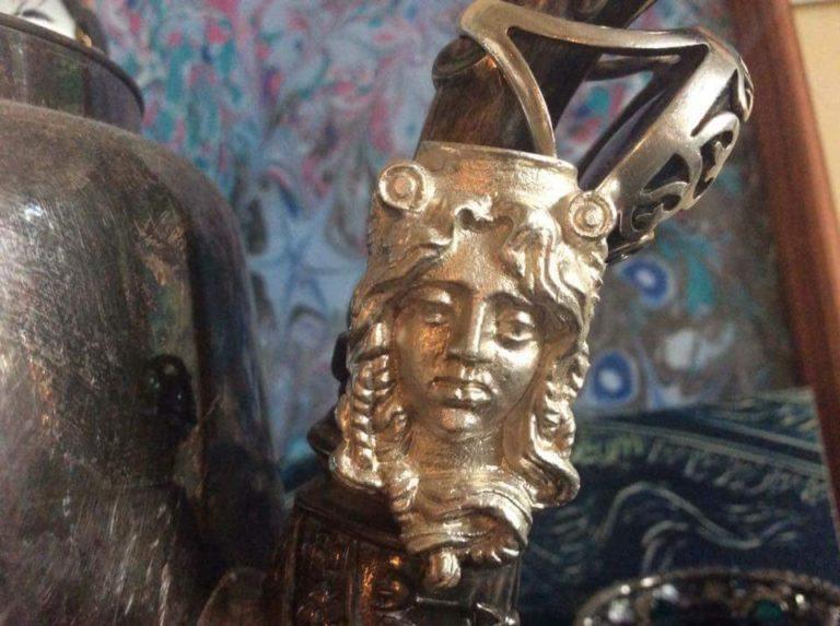 Ювелир Инна М. делаем невероятной красоты серебрянные подвески, посвященные родному району. Маскроны с дома 19 на Покровке, Дома со Зверями и на Мясницкой запечатлены в работах Инны. Возможно, это способ сохранить историю, кто знает.