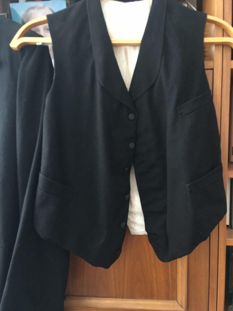Костюм- тройка, конец XIX века. У Галины Хаустовой была еще красивая юбка со шлейфом. Она подарила ее первому Музею Басманного района - Зрелище Москвы. Основатель - Григорий Стриженов. Где теперь эта юбка- неизвестно…