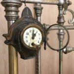 Эти часам больше ста лет. Галина Борисовна бережно хранит их у себя дома.  Кстати, обратите внимание на кровать :)