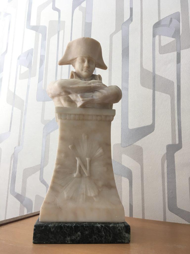 """Галина Хаустова, старожил района: """"Недавно мой сын попросил меня отдать им эту статуэтку Наполеона. К слову, она, кажется, конца XIX века, досталась мне от свекрови. Я говорю, отдам, но при условии, что внуки будут делать уроки под чутким контролем француза. Так и стоит у меня, конечно. Когда мои дети учились в школе, этот Наполен возвышался нах их письменном столом. А до этого - над письменном столом моего мужа. Так что хорошими оценками мы явно обязаны полководцу!»"""