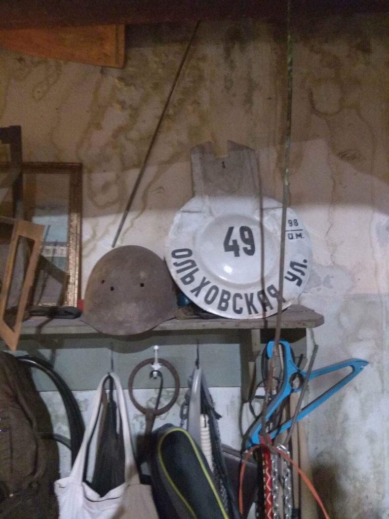Здания, на котором мог красоваться знак, давно нет. Но память о нем жива в мастерской реставратора Ивана Кроткова
