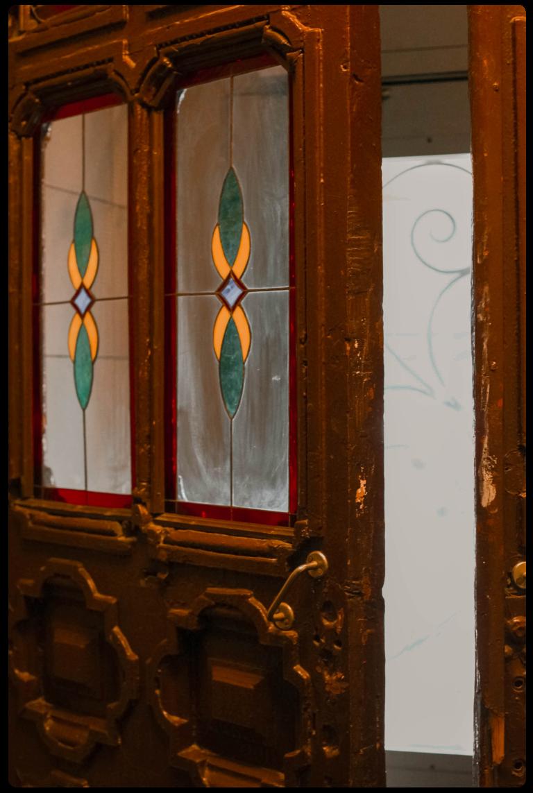 Дореволюционные двери дома 25с1 по Старой Басманной. Жители сами их восстановили