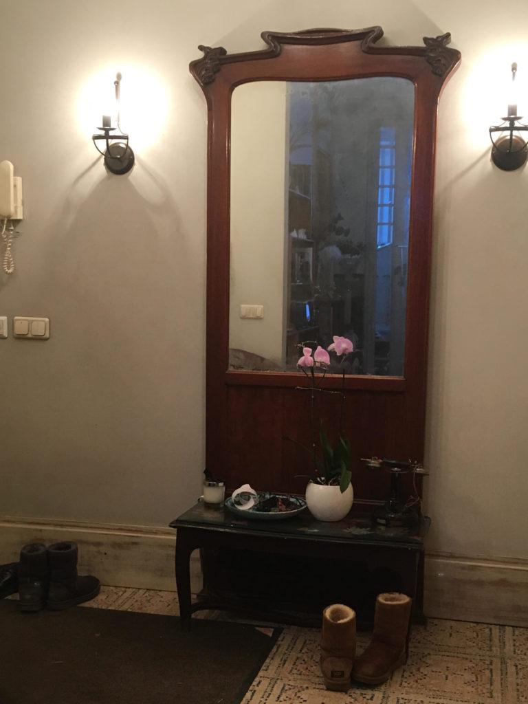 В 1977 году семья Ольги Александровой выехала в дом 6 в Спасоглинищевском переулке. Зеркало живет в квартире вот уже 40 лет и определяет весь интерьер