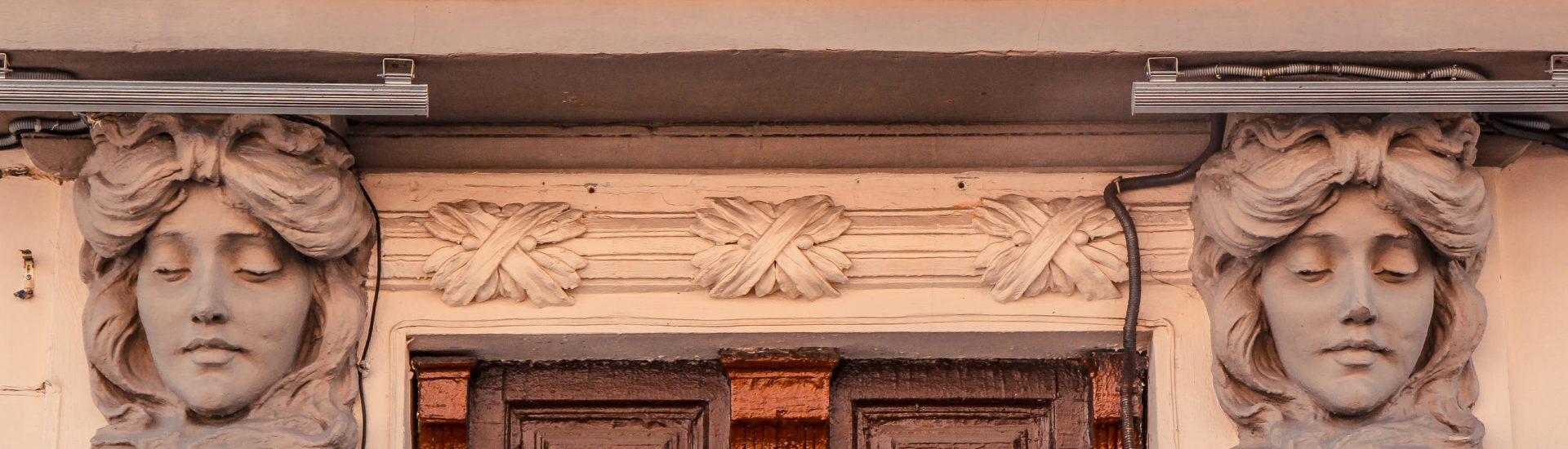 Символы Басманного: маскароны