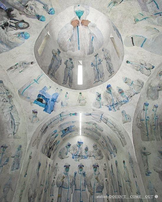 Дизайнер Дуйи Хан расписал историческую часовню в провинции Хубэй изображениями врачей. Фото: atelier Doesn't Come Out