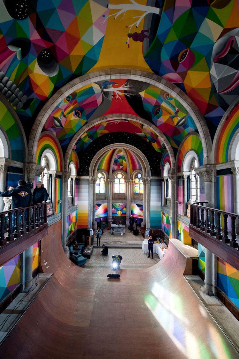Художник Окуда Сан-Мигель (Okuda San Miguel) расписал своды собора разноцветными фресками