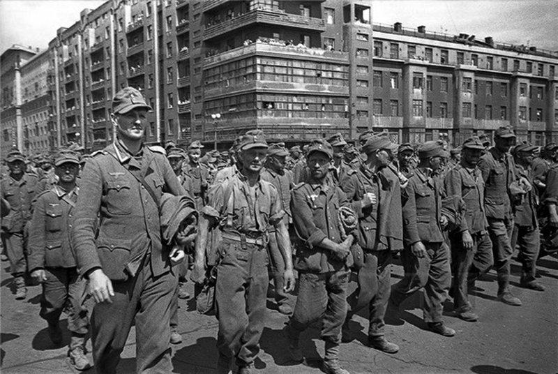 """17 июля 1944 года состоялся """"Марш пленных немцев"""".  По Москве прошли  57 000 немецких солдат и офицеров, после чего улицы были омыты поливальными машинами."""